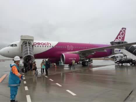 日本廉价航空公司又出事了,搭载165名乘客的飞机降落时爆胎